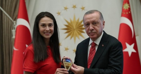 Cumhurbaşkanı Erdoğan dünya şampiyonu tekvandocu İrem Yaman'ı kabul etti