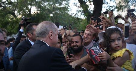Cumhurbaşkanı Erdoğan, Sultanahmet'te vatandaşlarla buluştu