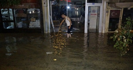 Ev ve iş yerlerini su bastı