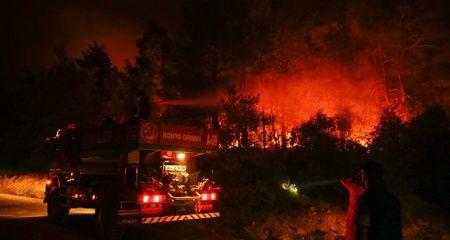 İzmir'deki orman yangını yerleşim merkezlerinden uzaklaştırıldı