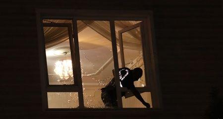 Karaman'da kimliği belirsiz kişiler bir eve kurşun yağdırdı
