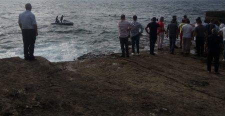 Kayalıklardan denize atlayan genç boğularak öldü