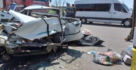 Otobüse çarpan otomobil hurdaya döndü: 1 ölü