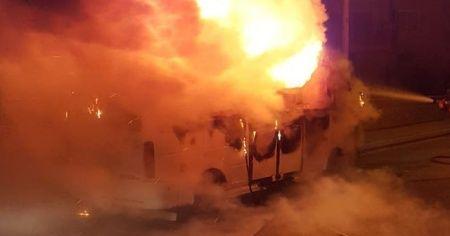 Park halindeki yolcu minibüsü alev alev yandı