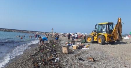 Selin getirdiği odunlar sahile vurdu, vatandaşlar şaşkınlık yaşadı