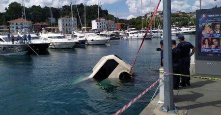 Tarabya sahilinde denize uçan minibüs vinç yardımıyla çıkarıldı