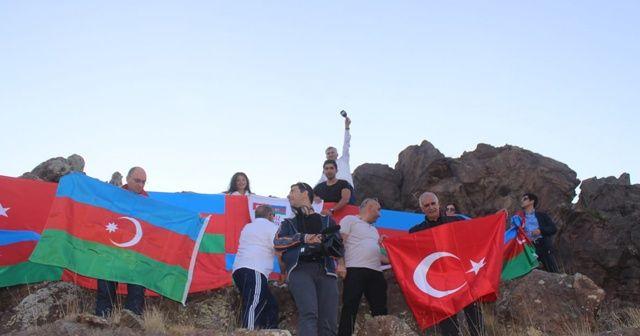 2 bin 560 metrede, Türk ve Azerbaycan bayrağı açtılar