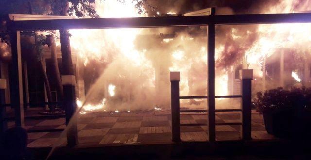 Ahşap restoran ve içindeki malzemeler tamamen yandı