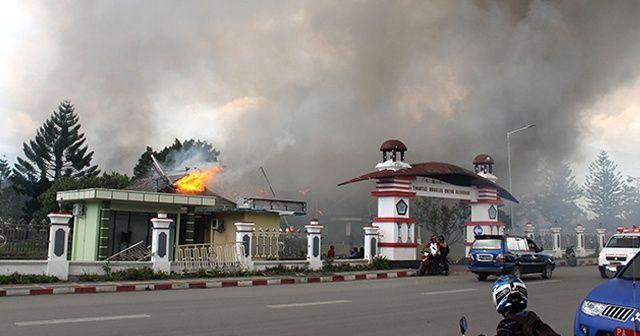 Endonezya'da protestocular binaları ateşe verdi: 20 ölü