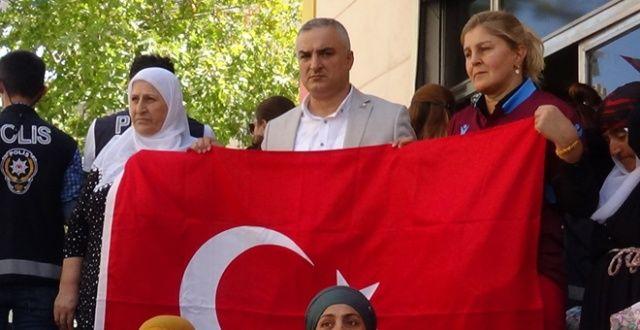 HDP önünde Türk bayrağı açtılar