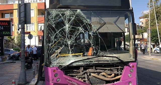 İETT otobüsü park halindeki 4 araca çarptı