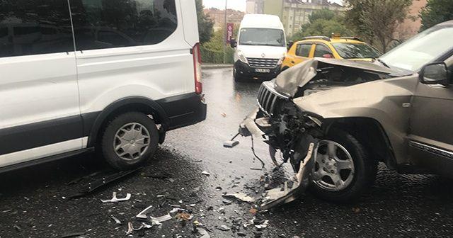 İstanbul'da engelli öğrencileri taşıyan minibüse cip çarptı: 5 yaralı