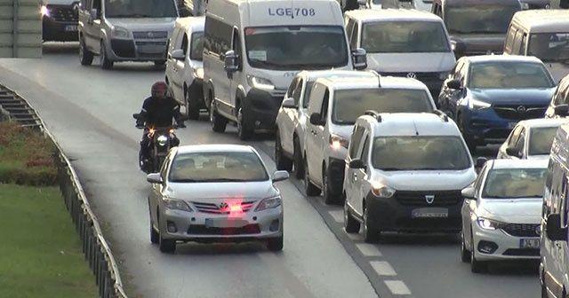 İstanbul'da trafik yoğunluğu arttı, çakarlı araçların yolculuğu başladı