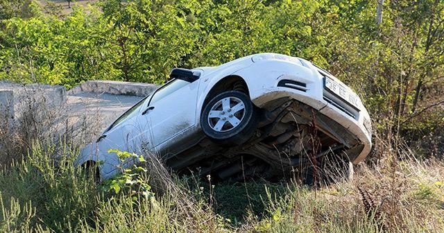 Kanala düşen otomobildeki aile, kazayı yara almadan atlattı