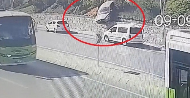 Otomobil 20 metre yükseklikten yola uçtu! Facianın eşiğinden dönüldü