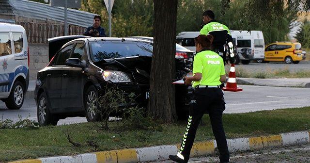 Otomobil refüjdeki ağaca çarptı