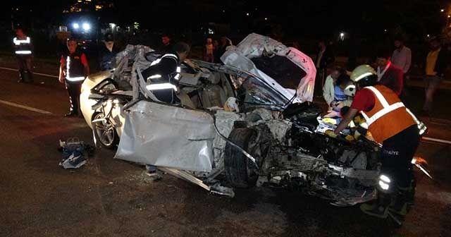 Otomobil, tomruk yüklü kamyona arkadan çarptı, ortalık savaş alanına döndü