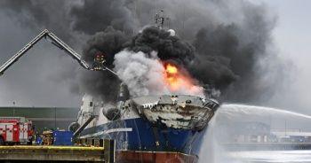 200 bin litre yakıt bulunan gemi yandı