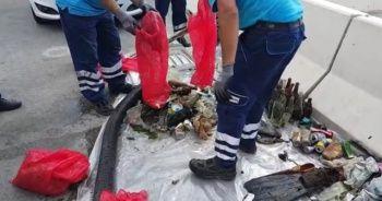 Balık adamlar denizden yarım saatte kilolarca çöp çıkardı
