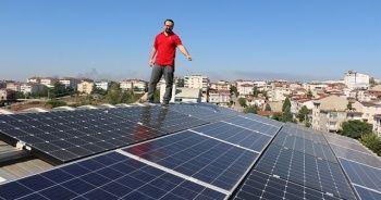 Evinin çatısında ürettiği elektriği dağıtım şirketlerine satıyor