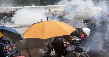 Hong Kong'da karşıt görüşlü protestocular arasında arbede