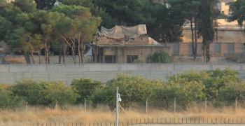 Teröristler sınırdaki bez parçalarını söktü