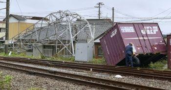 Ülke tayfuna teslim: 400 uçuş iptal edildi