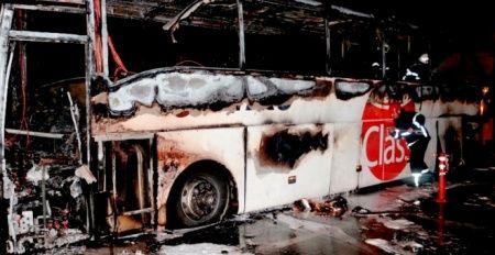 30 yolcuyu taşıyan otobüs alev alev yandı