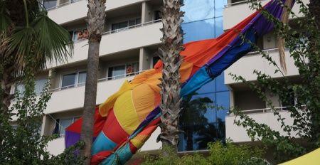 Deniz paraşütüyle 20 metreden düşen 2 turistin durumu ağır
