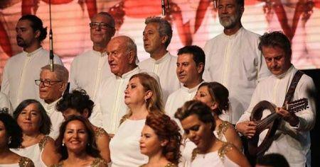 Fenerbahçe'nin eski başkanı Ali Şen koroda şarkı söyledi