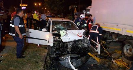 İki otomobilin çarpıştığı kazada sürücü araçta sıkıştı