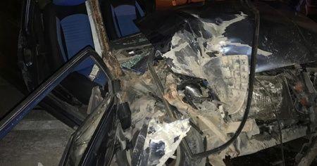 Otomobil park halindeki öğrenci servisine çarptı