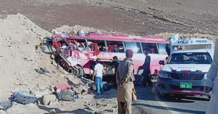 Pakistan'da katliam gibi kaza: 26 ölü, 15 yaralı