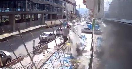 Rize'de inşaat iskelesi çöktü