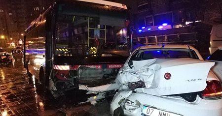 Samsun'da halk otobüsü park halindeki 3 araca çarptı