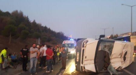 TEM'de işçi servisi devrildi, 5 kişi yaralandı
