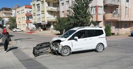 Ticari araçlar kavşakta çarpıştı