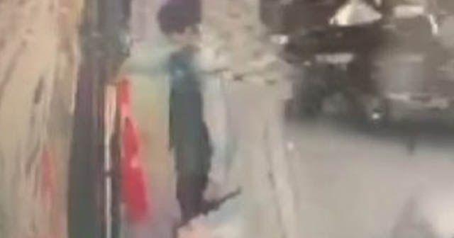 11 yaşındaki çocuk Türk bayrağını yerde bırakmadı