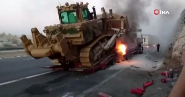 Askeri araç taşıyan TIR'da yangın