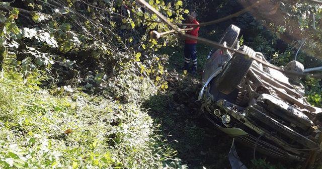 Direksiyon hakimiyeti kaybolan otomobil devrildi