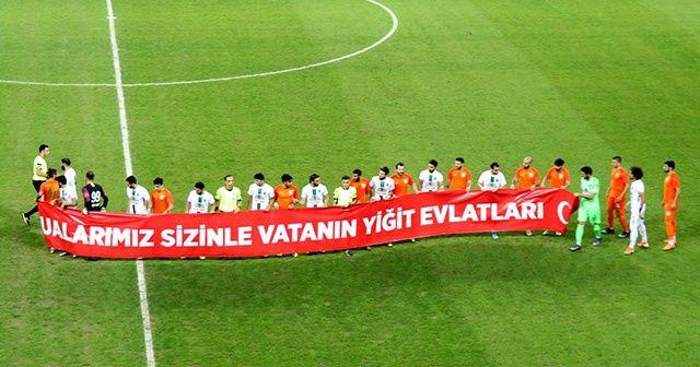 Futbol maçında Mehmetçiğe pankartlı destek
