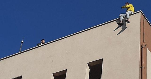 İntihara kalkışan genç çatıya çıktı