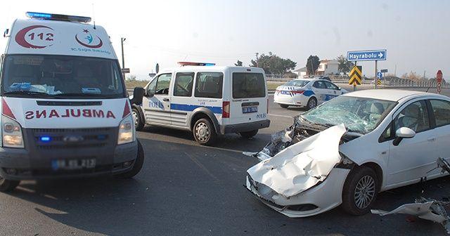 Kamyonla çarpışan otomobil hurdaya döndü