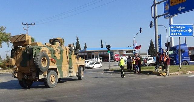 Komandoların geçişine Türk bayraklı destek