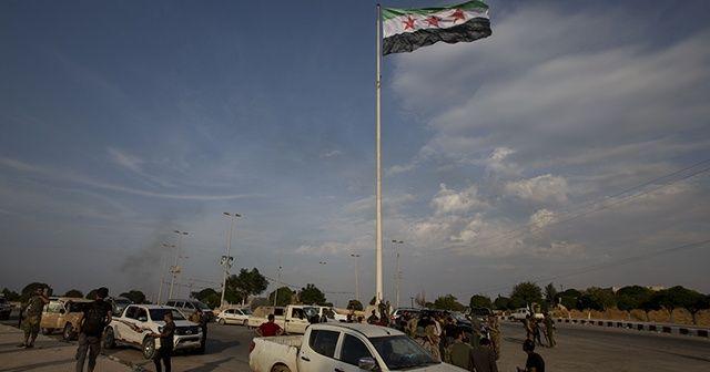 Tel Abyad'ın güneyine 'Suriye Devrim Bayrağı' asıldı