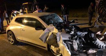 Çankırı'da otomobil traktöre çarptı
