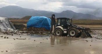 Erzincan'da kuvvetli sağanak, 3 köy yolu ulaşıma kapandı