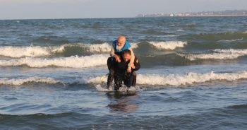 İtfaiye eri denize atlayarak yaşlı adamı kurtardı
