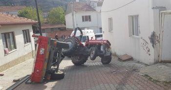 Kontrolden çıkan traktör devrildi; 2 yaralı