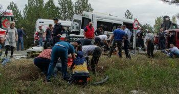 Minibüsler kafa kafaya çarpıştı: 1 ölü, 15 yaralı